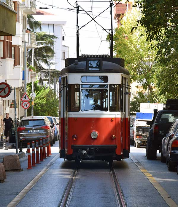 kız-öğrenci-apart-tarihi-tramvay-600x700